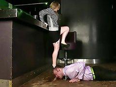 Žena nadvláda, Veřejné onanie, Vysoké podpatky