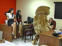 Donne vestite uomini nudi, Partito, Ufficio, Giocattoli del sesso
