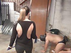 BDSM, Homme nu et filles habillées, Femme dominatrice
